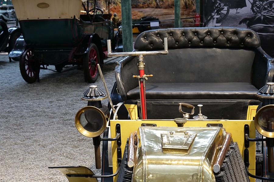Los primeros coches no tenían un volante redondo y su puesto de mando estaba a la izquierda.