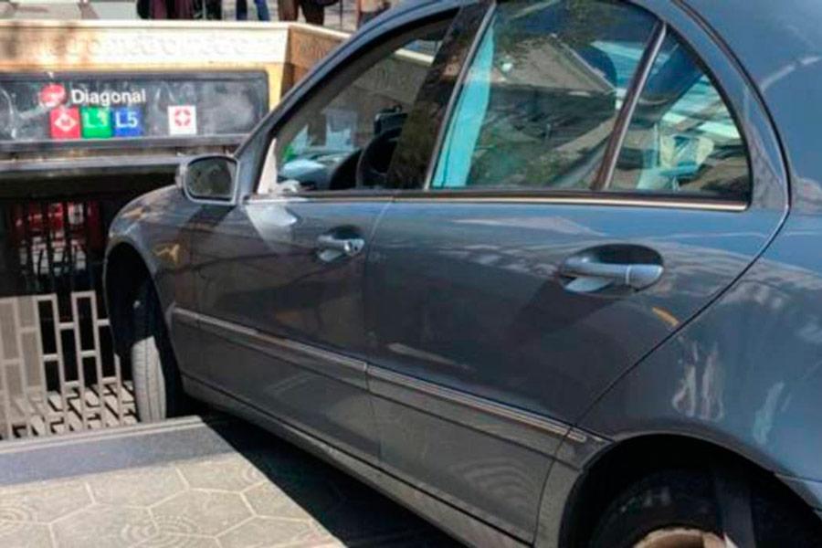 Un coche se queda atrapado en el Metro de Barcelona