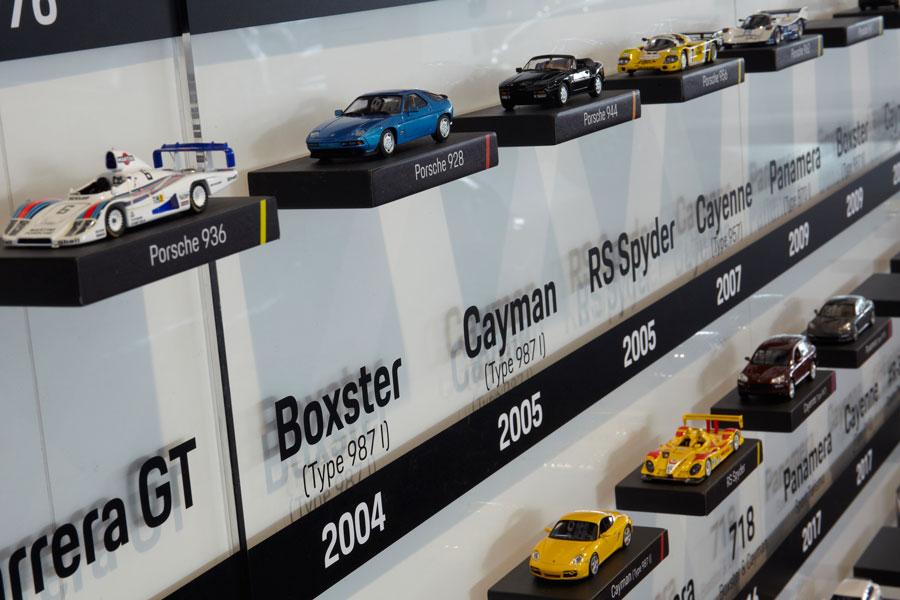 Un time line recorre los hitos más importantes de la historia de Porsche con maquetas de cada modelo emblemático.