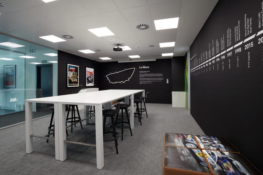 La sede de Porsche Ibérica está dividida en despachos y salas de reuniones como esta, dedicada a la exitosa historia de Porsche en Le Mans.