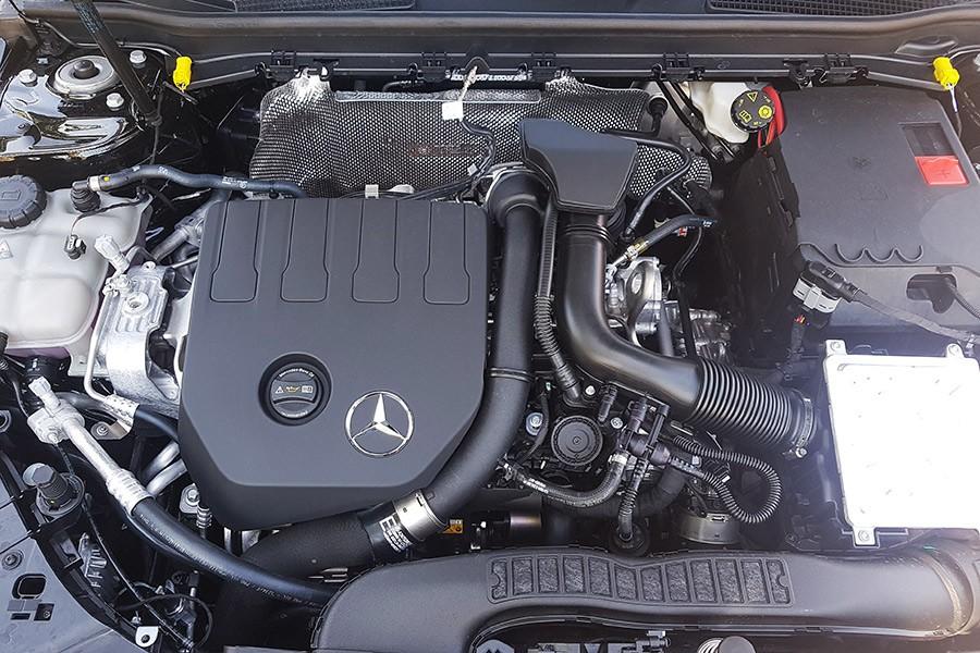 El motor de gasolina de 163 CV mueve con mucha alegría al Clase A.