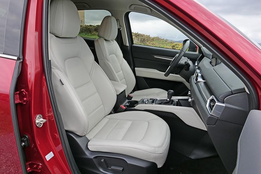El interior del CX-5 Zenith es amplio, acogedor y confortable.