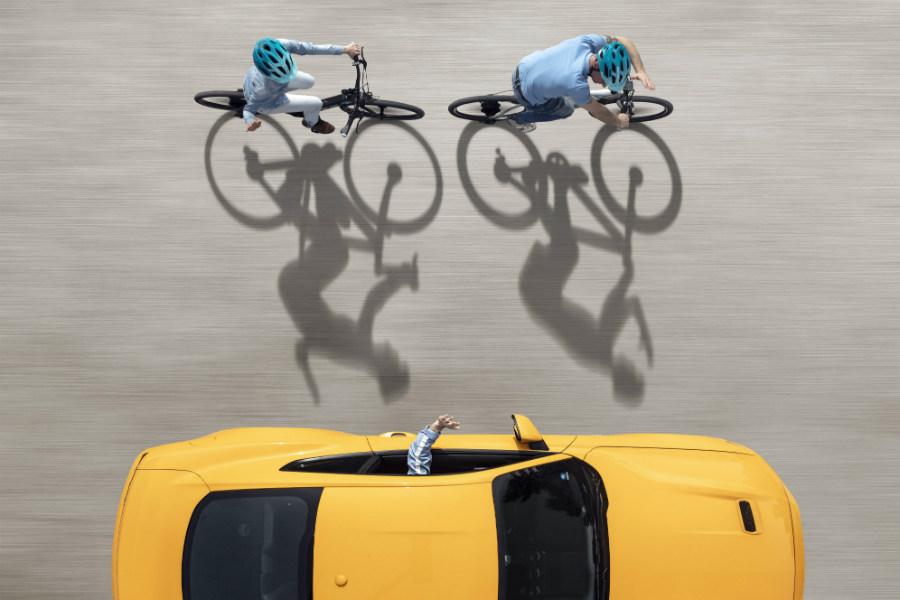 La convivencia entre conductores y ciclistas en las carreteras es a veces complicada