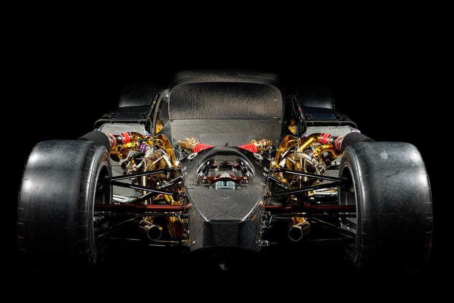 Su esqueleto es el de un coche de competición.