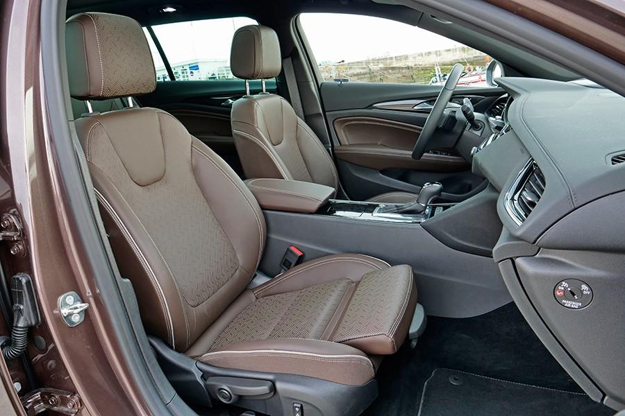 El interior es elegante y cómodo.