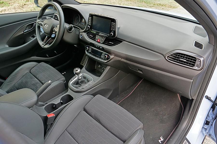 El interior apenas se distingue del resto de la gama i30.