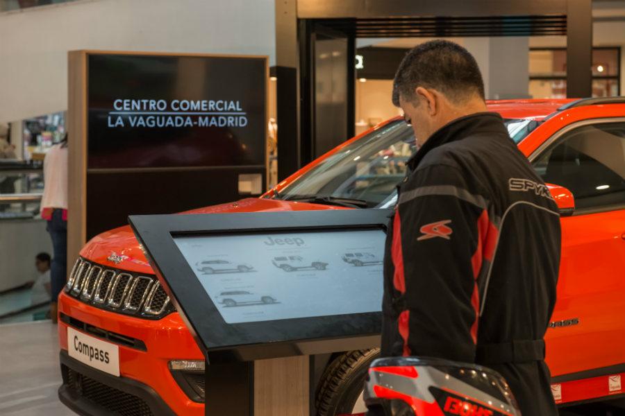Dos monitores permitirán al cliente acceder a distintas aplicaciones