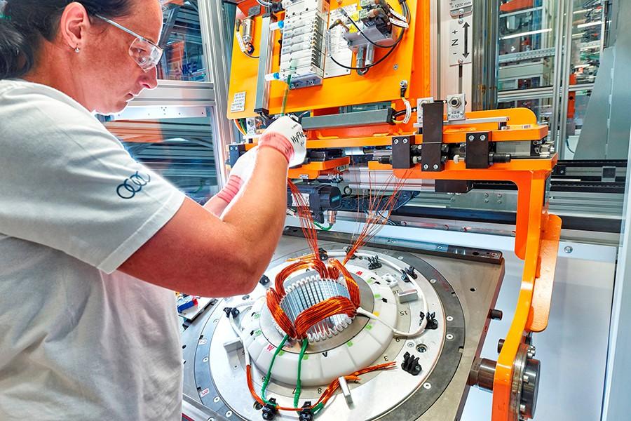 El trabajo de bobinado de los devanados es uno de los procesos más importantes.