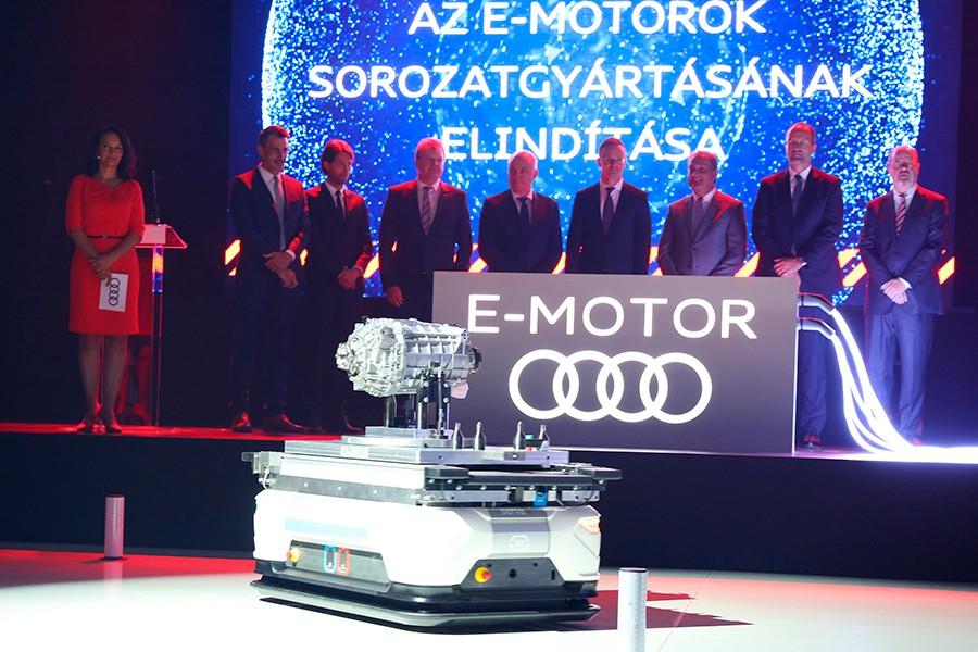 En el acto oficial de inauguración se puede ver a uno de los carros autónomos encargados de mover entre las diferentes estaciones de producción los motores.