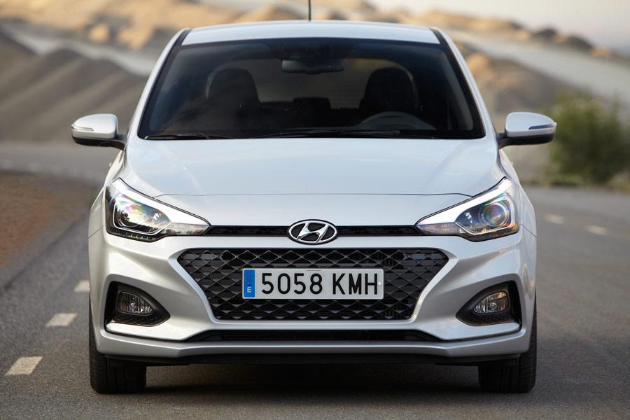 El frontal ya adquiere la identificación actual de Hyundai con la característica parrilla en cascada.