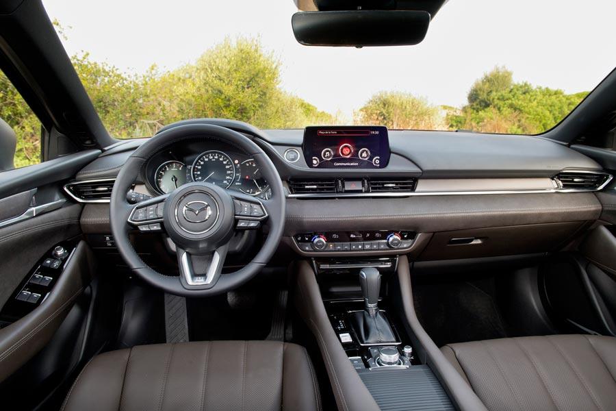 El interior del Mazda6 2018 tansmite mayor sensaciñon de calidad.