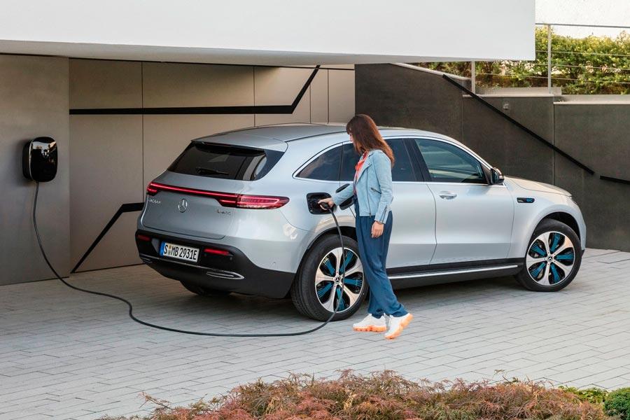 A potencia máxima, el Mercedes EQC cargaría el 80% de la batería en 40 minutos.