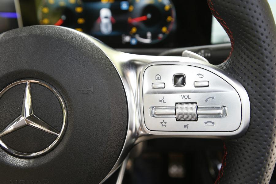 Uno de los botones del volante multifunción es táctil.