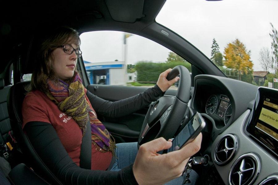 Utilizar el móvil al volante implica distraerse de la conducción, lo que puede suponer un peligro importante