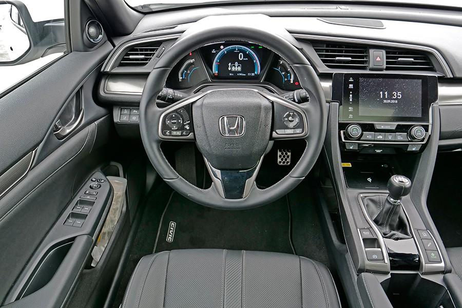 El puesto de conducción es cómodo pero la instrumentación poco legible.