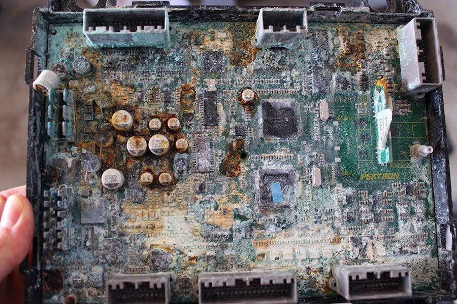 Este circuito impreso apenas ha pasado 36 horas sumergido en agua salada.