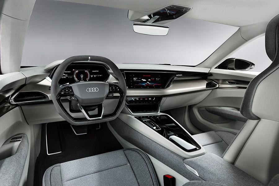 El interior es más espacioso de lo que uno espera de un coche de estilo coupé.