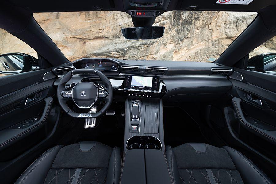 El volante del Peugeot 508 SW es pequeño y plano en su parte superior e inferior.