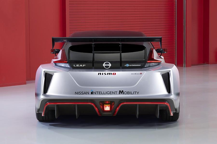 Las prestaciones son excelentes gracias a su potencia, aerodinámica y chasis.