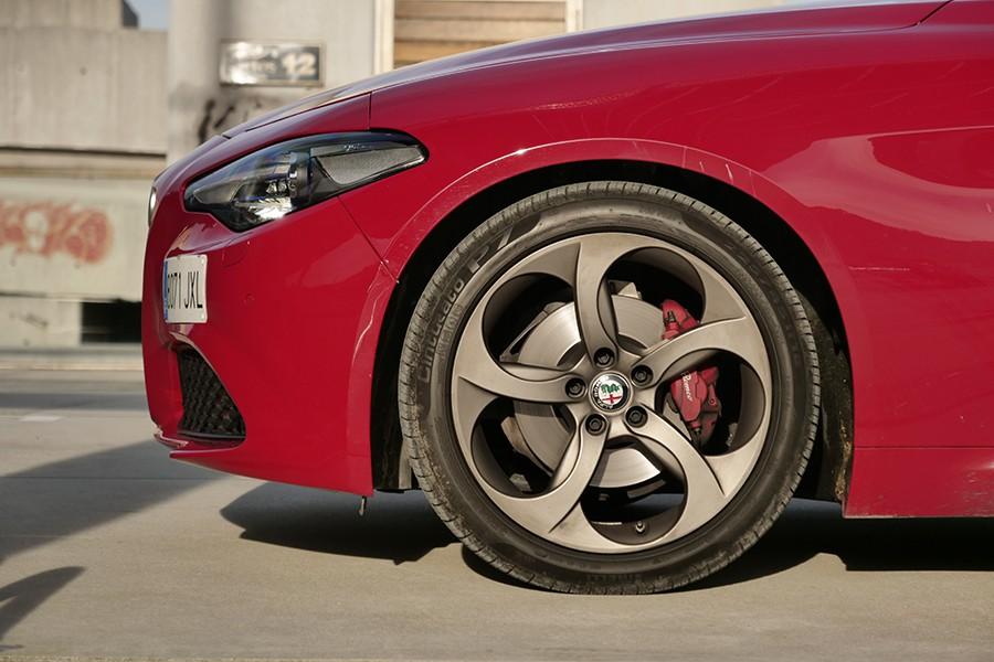 Aunque estén pintadas de rojo y sean Brembo, el tacto de los frenos es el punto débil dinámicamente en este Alfa.