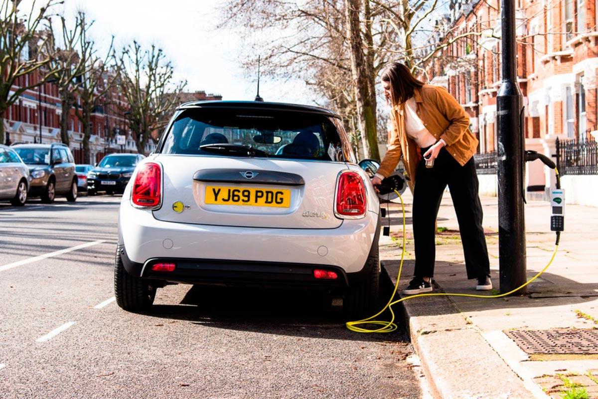"""Un coche eléctrico recargándose en """"Electric Avenue"""""""