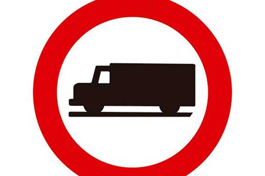 Señal que prohíbe el acceso a vehículos destinados a transporte de mercancías