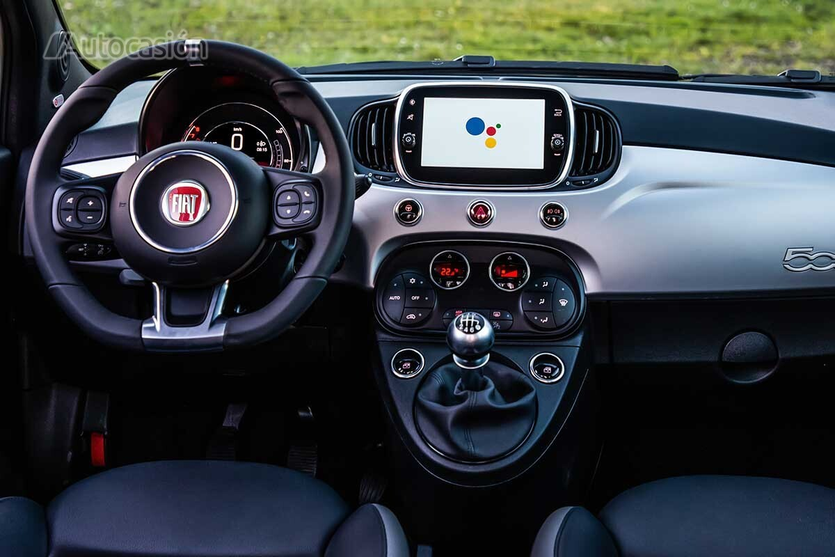 Interior del Fiat 500 Hey Google