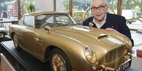 El Aston Martin DB5 de James Bond de oro, a subasta