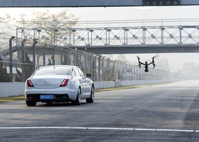 Jaguar XJ vs dron