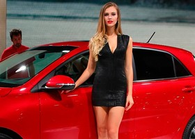 Chicas-Salon-Automovil-Paris-900x4608