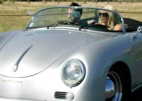Britney Spears a bordo de un Porche 356 Speedster.