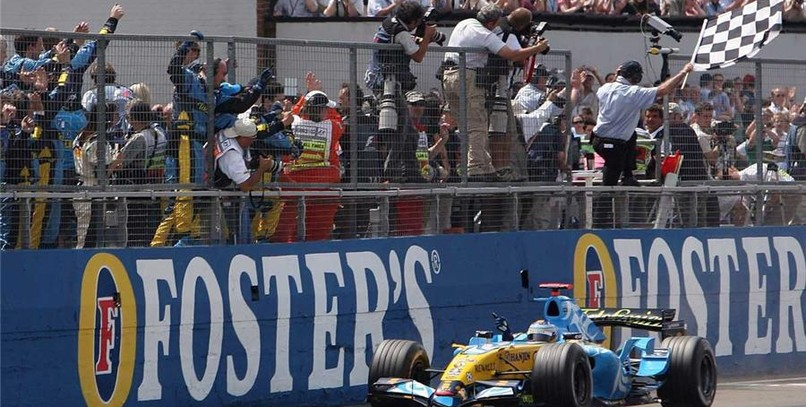 Alonso, inalcanzable, vence en Silverstone