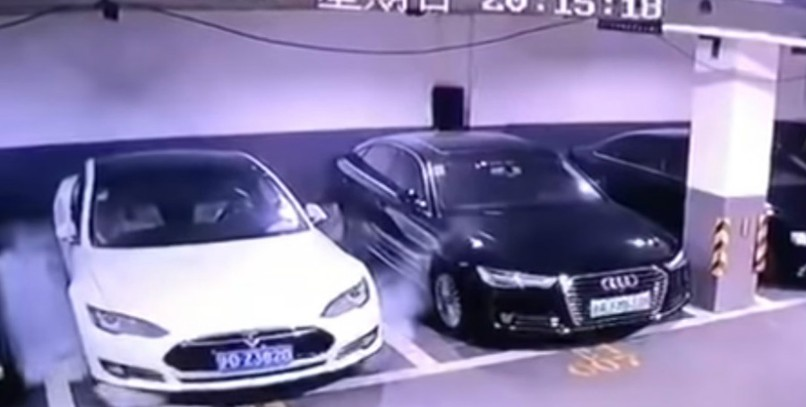 Un Tesla Model S se autodestruye en China